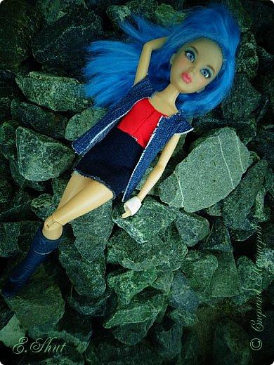 Доброго времени суток! Моя Бри снова примерила новый образ, который подошел ей как нельзя кстати. Немного об аутфите: джинсовые юбка и жилет, красный топ и напульсники - все сшито мной. Обувь - сапоги от поддельной куколки.  фото 5