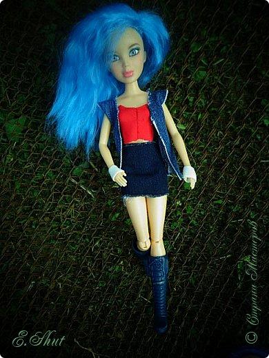 Доброго времени суток! Моя Бри снова примерила новый образ, который подошел ей как нельзя кстати. Немного об аутфите: джинсовые юбка и жилет, красный топ и напульсники - все сшито мной. Обувь - сапоги от поддельной куколки.  фото 6