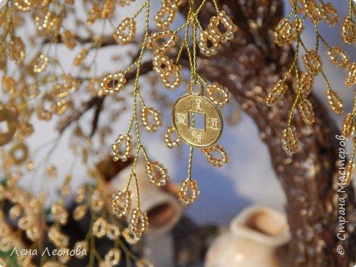 Начну с композиции. Золотое денежное дерево с водопадом. Полюбили мои заказчики водопады. Высота 37 см.  Использован китайский колиброванный бисер. фото 15