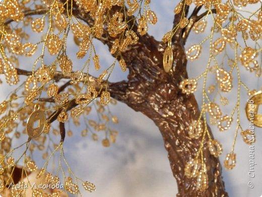 Начну с композиции. Золотое денежное дерево с водопадом. Полюбили мои заказчики водопады. Высота 37 см.  Использован китайский колиброванный бисер. фото 16