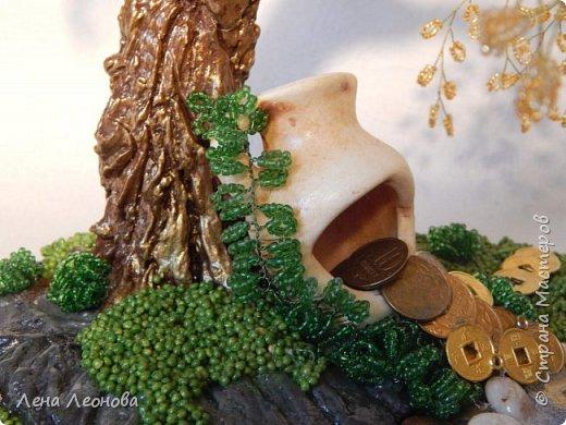 Начну с композиции. Золотое денежное дерево с водопадом. Полюбили мои заказчики водопады. Высота 37 см.  Использован китайский колиброванный бисер. фото 17
