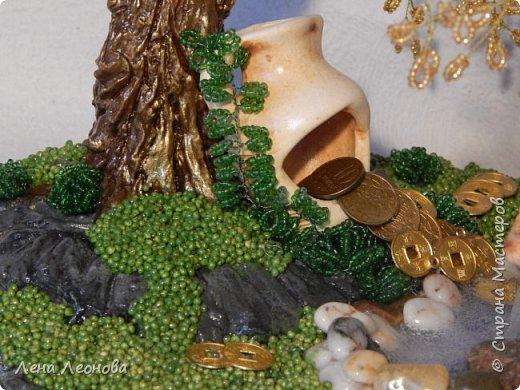 Начну с композиции. Золотое денежное дерево с водопадом. Полюбили мои заказчики водопады. Высота 37 см.  Использован китайский колиброванный бисер. фото 7