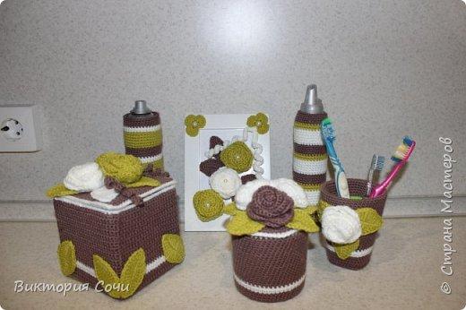 Всем добрый день! Сегодня я хочу представить вашему вниманию мою новую работу - предметы интерьера для ванной комнаты. В набор входят: - шкатулка для ватных палочек - шкатулка для заколочек - стакан под зубные щетки - чехлы для лака и пенки для волос - декорированная картина фото 1
