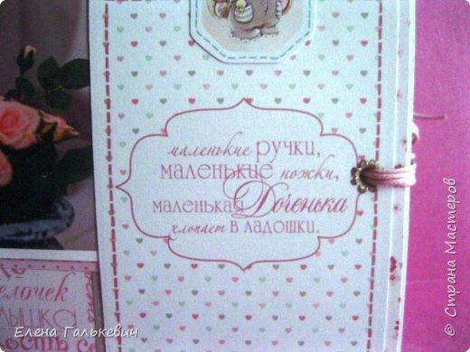 """Альбомчик сделан из бумаги Скрапмир """"Baby Girl"""" и листочка для вырезания от Scrapberrys. В очередной раз делаю по этому МК http://scrapology.ru/master-class-album-econom/  Предыдущие альбомы можно глянуть тут https://stranamasterov.ru/node/1000319 этот мник без раскладушек для фото-просто подложки, просто уголки. фото 15"""