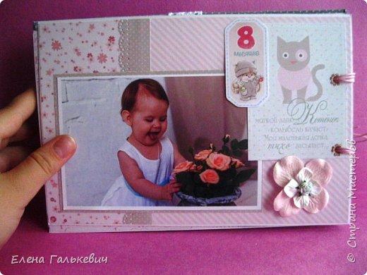 """Альбомчик сделан из бумаги Скрапмир """"Baby Girl"""" и листочка для вырезания от Scrapberrys. В очередной раз делаю по этому МК http://scrapology.ru/master-class-album-econom/  Предыдущие альбомы можно глянуть тут http://stranamasterov.ru/node/1000319 этот мник без раскладушек для фото-просто подложки, просто уголки. фото 17"""