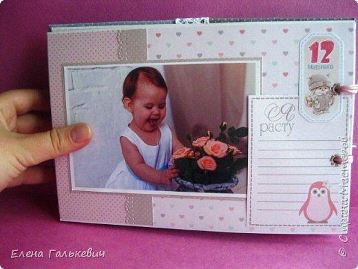 """Альбомчик сделан из бумаги Скрапмир """"Baby Girl"""" и листочка для вырезания от Scrapberrys. В очередной раз делаю по этому МК http://scrapology.ru/master-class-album-econom/  Предыдущие альбомы можно глянуть тут https://stranamasterov.ru/node/1000319 этот мник без раскладушек для фото-просто подложки, просто уголки. фото 22"""