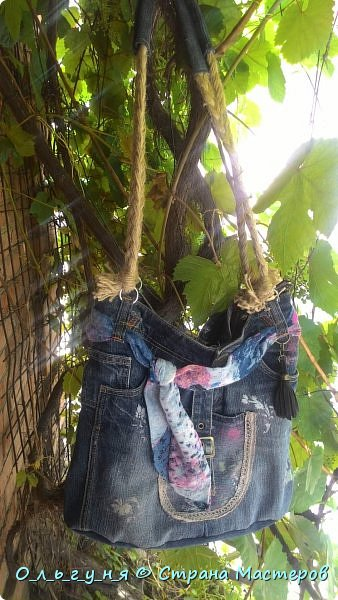 Привет всем мастерам, неспокойным творческим личностям, которые заглянули на мою страничку!Я давно бредила сумкой из джинсы и вот она есть у меня!!!Из старых джинсов буквально за несколько дней! фото 2