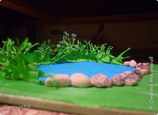 Добрый день. Для одной замечательной девочки на день рождения я сделала настольную игровую площадку (макет) в виде пруда и леса. Между деревьями и прудом оставила место для того, чтобы ребенок сам придумал, что здесь будет располагаться:дом, колодец или здесь будут гулять зверюшки. Простор для детского творчества. Основа площадки (размер примерно 50 на 30 см) кусок фанеры, обтянутой бумагой и зеленой органзой фото 3
