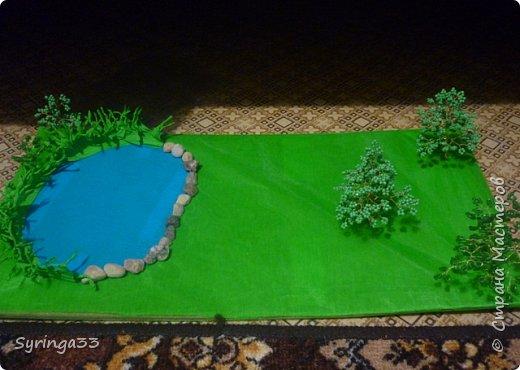 Добрый день. Для одной замечательной девочки на день рождения я сделала настольную игровую площадку (макет) в виде пруда и леса. Между деревьями и прудом оставила место для того, чтобы ребенок сам придумал, что здесь будет располагаться:дом, колодец или здесь будут гулять зверюшки. Простор для детского творчества. Основа площадки (размер примерно 50 на 30 см) кусок фанеры, обтянутой бумагой и зеленой органзой фото 4