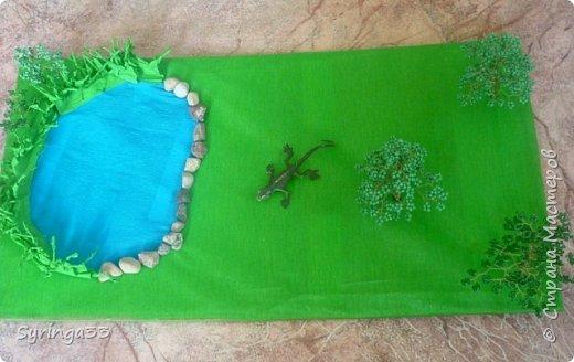 Добрый день. Для одной замечательной девочки на день рождения я сделала настольную игровую площадку (макет) в виде пруда и леса. Между деревьями и прудом оставила место для того, чтобы ребенок сам придумал, что здесь будет располагаться:дом, колодец или здесь будут гулять зверюшки. Простор для детского творчества. Основа площадки (размер примерно 50 на 30 см) кусок фанеры, обтянутой бумагой и зеленой органзой фото 5