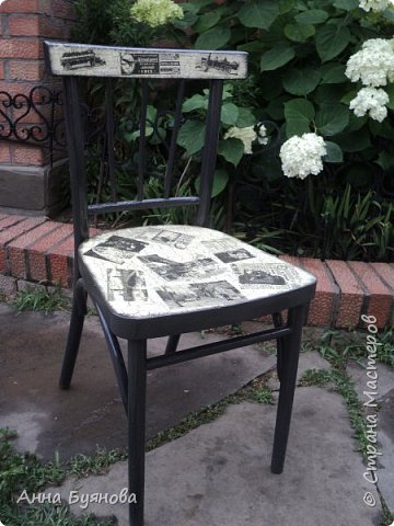 Старый стул покрыт 2 слоями  серой акриловой краски,на спинке и сиденье кракелюр на ПВА, затем декупаж салфетками, Сверху 3 слоя лака по дереву. фото 1