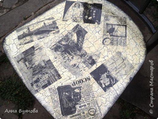 Старый стул покрыт 2 слоями  серой акриловой краски,на спинке и сиденье кракелюр на ПВА, затем декупаж салфетками, Сверху 3 слоя лака по дереву. фото 3