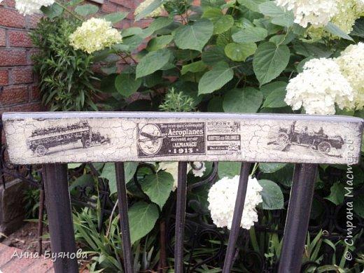 Старый стул покрыт 2 слоями  серой акриловой краски,на спинке и сиденье кракелюр на ПВА, затем декупаж салфетками, Сверху 3 слоя лака по дереву. фото 4
