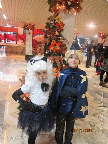 """Как говорится """"Готовь сани с лета"""".. так и я вспомнила про Новый год)) Покупные новогодние костюмы для детей, производства Китай, мне не нравились никогда. А жадность тратить бешенные деньги на один день сыграла здесь решающую роль) Как любой маме, мне хотелось,чтобы на новогоднем утреннике мои дети были самыми красивыми и в необычных, эксклюзивных нарядах.. Так как навык шитья был привит мне еще в средней школе (многие из вас наверняка помнят наши уроки домоводства и пошив ночной рубашки)),  шить я начала с того времени регулярно. В лихие 90-е шила одежду себе и старшим детям.. С рождением младших детей шитье  тоже пригодилось, но уже для других целей... Так моя 5-летняя дочура стала Шахматной королевой)) Ранее она была Царевной-лягушкой, а еще ранее - Зимушкой..но, там качество фото совсем плохие..Не стала их выкладывать)) фото 5"""
