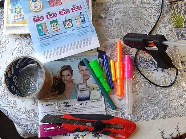 Сегодня, наводя уборку, хотела было выбросить остатки фломастеров и рекламные газетки. Но в голову пришла идея)))  фото 2