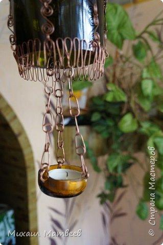 Всем доброго вечера. Представляю ещё один вариант декора бутылки. Картина на заднем фоне нарисована дочкой,рамку из палочек бамбука делал уже сам. Ниже на фото бутылку видно в подробностях. фото 5
