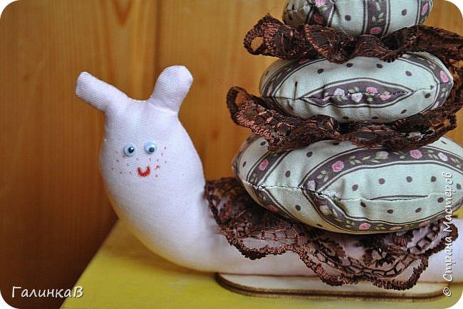 Добрый день, дорогие мастерицы! Только что вернулась из отпуска и показываю вам мои новые игрушенции - это подарочки для моих родственников, которые живут на Урале. Не ехать же с пустыми руками, тем более, что лучший подарок - это подарок, сделанный своими руками. Лягушка для моего папы - он собирает коллекцию всевозможных лягух, поэтому эта отправилась пополнить коллекцию. фото 9
