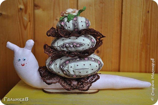 Добрый день, дорогие мастерицы! Только что вернулась из отпуска и показываю вам мои новые игрушенции - это подарочки для моих родственников, которые живут на Урале. Не ехать же с пустыми руками, тем более, что лучший подарок - это подарок, сделанный своими руками. Лягушка для моего папы - он собирает коллекцию всевозможных лягух, поэтому эта отправилась пополнить коллекцию. фото 8