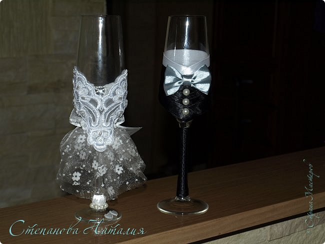 Доброго дня, друзья! Сейчас кто-то из мастеров, спецы по свадьбам, снимает тапки, чтобы кинуть в монитор. Не спешите судить! Эти бокалы не для продажи и не для подарка, эти бокалы я сделала нам с мужем на 15-летие свадьбы. У нас была красивая свадьба, хороший ресторан, веселый тамада, лимузины, ТРЕЗВЫЕ свидетели...а вот какой-то особой красоты, фужеры, корзины, бутылки, не было тогда всего этого. А прописавшись в СМ, такого насмотрелась! Так мне тоже захотелось себе. Мы же мастера, нам должно быть стыдно просто хотеть, надо брать и делать, раз хочется. И нечего жить воспоминаниями, надо брать и создавать праздник, тем более 15 лет вместе! Туфлю-бокал я уже показывала, теперь фужеры. фото 2