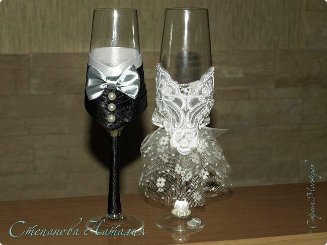 Доброго дня, друзья! Сейчас кто-то из мастеров, спецы по свадьбам, снимает тапки, чтобы кинуть в монитор. Не спешите судить! Эти бокалы не для продажи и не для подарка, эти бокалы я сделала нам с мужем на 15-летие свадьбы. У нас была красивая свадьба, хороший ресторан, веселый тамада, лимузины, ТРЕЗВЫЕ свидетели...а вот какой-то особой красоты, фужеры, корзины, бутылки, не было тогда всего этого. А прописавшись в СМ, такого насмотрелась! Так мне тоже захотелось себе. Мы же мастера, нам должно быть стыдно просто хотеть, надо брать и делать, раз хочется. И нечего жить воспоминаниями, надо брать и создавать праздник, тем более 15 лет вместе! Туфлю-бокал я уже показывала, теперь фужеры. фото 1