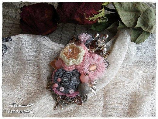 """Доброго времени суток дорогим гостям моей странички!!! Продолжаю, в перерывах между созданием цветочных композиций,увлекаться сотворением вот таких вот украшений из ткани,кружев и бусин. Очень полюбились мне брошечки в стиле Бохо !!! Сегодня представляю броши-""""Хрустальные лепестки"""" и """"Цветы сакуры"""". Приятного просмотра всем желаю!!!  фото 9"""