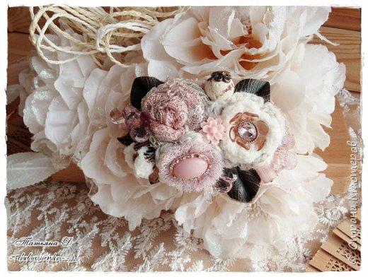 """Доброго времени суток дорогим гостям моей странички!!! Продолжаю, в перерывах между созданием цветочных композиций,увлекаться сотворением вот таких вот украшений из ткани,кружев и бусин. Очень полюбились мне брошечки в стиле Бохо !!! Сегодня представляю броши-""""Хрустальные лепестки"""" и """"Цветы сакуры"""". Приятного просмотра всем желаю!!!  фото 4"""