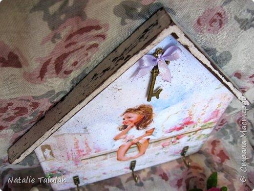 Доброго времени суток, мастера и мастерицы!  Очень мне милы картины американского художника Донольда Золона. Безгранично нежные и изумительные, наполненные любовью и светом. Обязательно посмотрите его картины, оно того стоит!  Итак, сотворилась вот такая ключница. Материалы: заготовка из фанеры, грунт, акриловые краски и лак, свеча, распечатки, декоративная подвеска, крючочки, подвесы. Декупаж, имитация состаривания свечой, немного набрызга.  фото 3