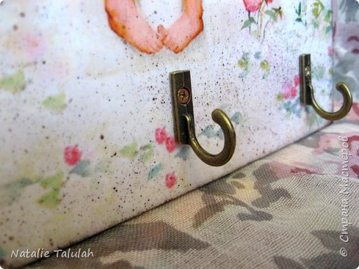 Доброго времени суток, мастера и мастерицы!  Очень мне милы картины американского художника Донольда Золона. Безгранично нежные и изумительные, наполненные любовью и светом. Обязательно посмотрите его картины, оно того стоит!  Итак, сотворилась вот такая ключница. Материалы: заготовка из фанеры, грунт, акриловые краски и лак, свеча, распечатки, декоративная подвеска, крючочки, подвесы. Декупаж, имитация состаривания свечой, немного набрызга.  фото 5