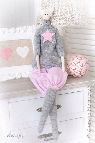 Кукла Флёр - очень яркая и милая. Необычный, яркий подарок порадует Вашу подругу, а может стать отличным подарком для Вашей девушки. Кукла выполнена из натуральных материалов , может сидеть (ножки в колене сгибаются), тело сшито из плотного 100% хлопка фото 11