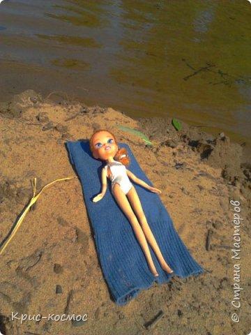 """Привет всем! Я очень люблю писать блоги про своих кукол и сегодня в очередной раз выкладываю блог. В этом посте я покажу, как кукла отдыхала на речке. Если вам интересно, тогда читайте! На первом фото кукла лежит на """"курорте"""" и отдыхает. (Знаю, не очень аккуратно вышло) фото 1"""