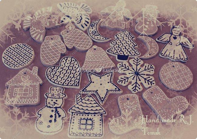 Здравствуйте всем всем всем! Зашла на минутку, в итоге осталась на пол дня на своем любимом сайте! Расскажу как меня надолго затянуло МУКОСОЛЕЧНАЯ МАНИЯ.... Все началось аж в 2013-2014гг, проходила я флористические курсы, и зимой мы делали новогодние венки, ёлки, на спилах деревьев выполняли работы со свечами, веточками пихты, шишками, суш.фруктами, ягодами и т.д.... А мне так безумно захотелось сделать не со свечами работу, а с домиком Санты, Елочкой и со Снеговичком....и чтобы всё блестело и горело))))) Ну и сделала!!!! Все материалы натуральные, самые простые, теплые, пушистые (древесина, соленое тесто, шерсть, ткань). Санта задумался... Фонарик в домике светится разными цветами (возможна замена батареек, обычный диод (вытащила из игрушки-ночник в тайне от сына))), ёлочка Пушистик-топотушка присела отдохнуть и олень тут как тут...(я немного фото выкладывала у себя, повторюсь) фото 5
