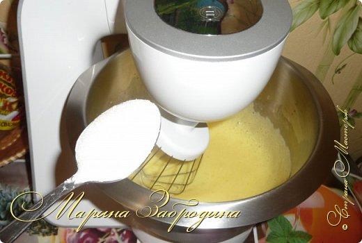 Здравствуйте, мастерицы и гости сайта! Делюсь рецептом нежного и вкусного бисквита на горячем молоке. Он получается нежным, влажным и не требует пропитки сахарным сиропом. фото 4