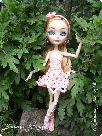 """Всем добрый день! Ох, и нашло же на меня вязальное настроение))) Связала Алексе целый комплект: платье, """"пуанты"""" и ободок. Да, а еще у нее снова перерисованы глаза""""-"""" Я ей глаза перерисовываю каждую неделю, а то и чаще))))))))))))))))))))))) фото 2"""