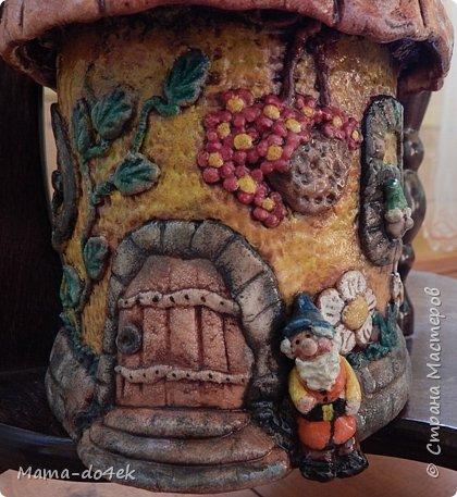 Здравствуйте, все-все жители Страны Мастеров! Недавно panta86 в своем блоге поинтересовалась, как обстоят дела у мастериц на их подоконниках. У меня, конечно, не так все устроено со смыслом, но есть, что показать. Большей частью не на подоконниках, а так просто, на цветах. Зимой налепилась куча всяких мимишных созданий и украшалочек для моих любимых цветочков. Теперь они в каждой комнате на всех цветочках сидят, на меня глядят, радуют. Вот гномик из соленого теста, а над ним бабочка из пластиковых бутылок. фото 21