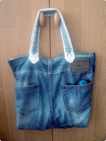Решила заняться джинсовыми переделками.Лежали старые джинсы,вот сообразилась сумочка. фото 4