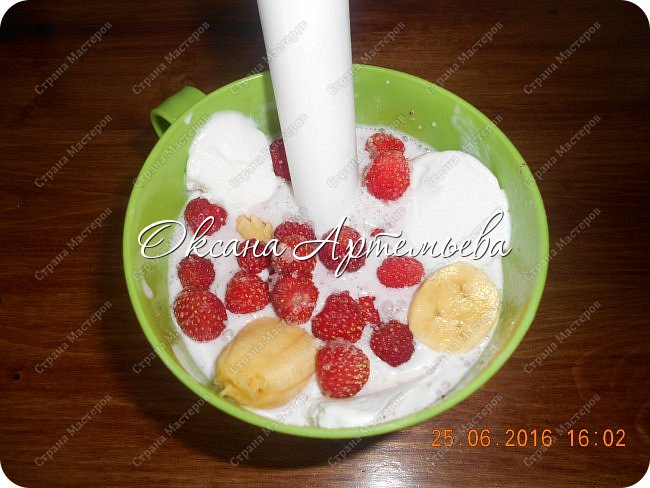 Доброго дня жители и гости замечательной страны Мастеров!  Сегодня я хочу рассказать как делаю ягодный смузи  с мороженым – очень вкусный летний десерт.  фото 4