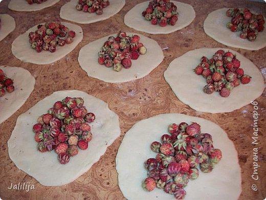 """Это пирожки с лесной клубникой из моего детства, уважаемые мастерицы. Мне кажется, ничего не было вкуснее. Мы летом очень часто бегали  в лес, практически каждый день. И из первых ягод, которые мы приносили, наши мамы пекли нам пирожки, это была традиция. Правда, в детстве они были в 2 раза больше и назывались на нашем родном языке по-другому. По-русски, примерно, """"кривульки"""". Они делаются быстро. фото 8"""