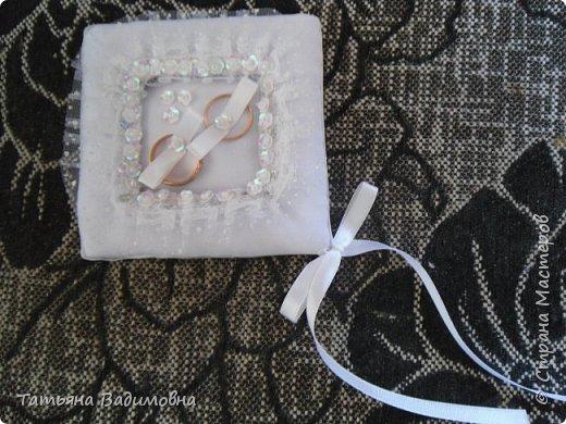 Cестру пригласили на свадьбу и попросили сшить подушечку для колец.  Мне захотелось нестандартного чего-нибудь. Долго я подбирала элементы декора, форму и вот что вышло. Молодожены сказали - вау! фото 1