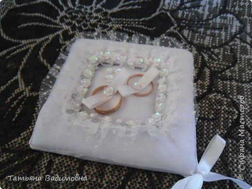 Cестру пригласили на свадьбу и попросили сшить подушечку для колец.  Мне захотелось нестандартного чего-нибудь. Долго я подбирала элементы декора, форму и вот что вышло. Молодожены сказали - вау! фото 3