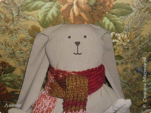 Всем привет. Увидела как-то в журнале зайца-подушку . Смешного. Понравились уши и руки. Но по ихней выкройке заяц получился немного другой, но всё равно смешной. фото 2