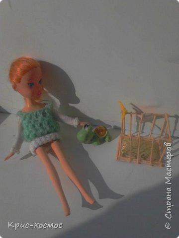 Здравствуй, страна мастеров! В этом посте я научу вас, как делать спальни (так я её называю) для питомца куклы. Долго я делала... а в общем, давайте к делу. нам потребуется: -зубочистки (или деревянные палочки) -клей-пистолет -картон -пряжа (по желанию можно взять атласную ленту) -вата -ткань -простой карандаш -кусачки (нет на фото) - и конечно сам питомиц.  фото 8