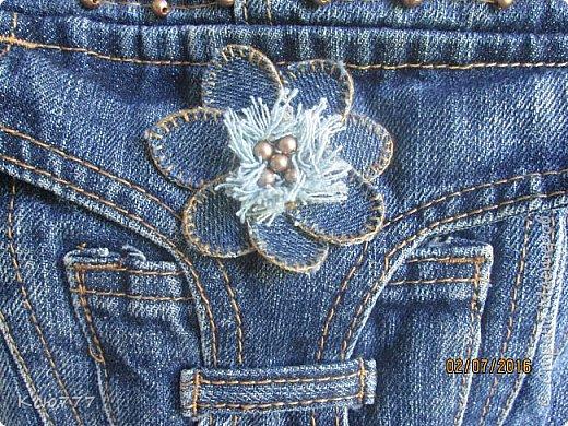 Решила я вспомнить молодость (лихие 90-е) и сшить из старых джинсов сыновей себе на лето сумку.. Это товар лицом) фото 2