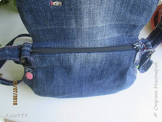"""Моя уменьшенная копия - доча, на то и """"копия"""", чтобы меня копировать))) Не успела я дошить сумку из старых джинсов себе, как и она запросила себе такую же.. Ну, в смысле джинсовую сумку)) В закромах нашлась ее старенькая джинсовая юбочка - еще со времен детского сада.   Собрав вместе -  ее и остатки джинсов -  сшила и ей сумку. фото 6"""