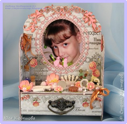 Хочу показать вам еще комодик, для хранения колечек и браслетиков дочки.  Делала комодик в качестве вдохновения для блога Vintage Design. Основу собрала с нуля, склеила из переплетного картона, использовала бумагу из коллекции Женщинам, так же использовала чипборд, фурнитуру для шкатулок, цветы, бусинки, стеклянные бутылочки, шебби ленту, различные украшения и камеи. фото 1
