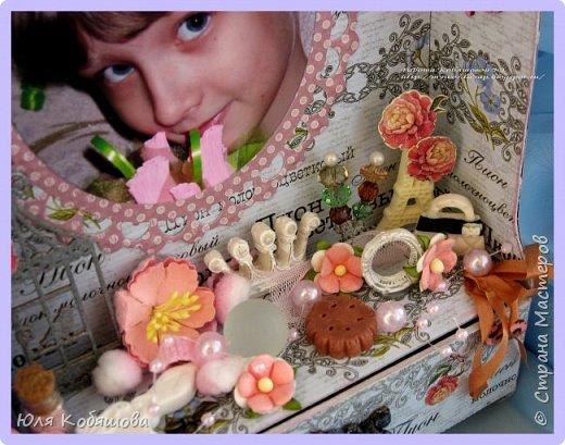 Хочу показать вам еще комодик, для хранения колечек и браслетиков дочки.  Делала комодик в качестве вдохновения для блога Vintage Design. Основу собрала с нуля, склеила из переплетного картона, использовала бумагу из коллекции Женщинам, так же использовала чипборд, фурнитуру для шкатулок, цветы, бусинки, стеклянные бутылочки, шебби ленту, различные украшения и камеи. фото 2