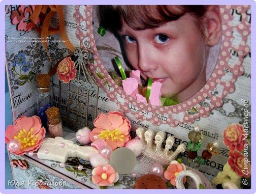 Хочу показать вам еще комодик, для хранения колечек и браслетиков дочки.  Делала комодик в качестве вдохновения для блога Vintage Design. Основу собрала с нуля, склеила из переплетного картона, использовала бумагу из коллекции Женщинам, так же использовала чипборд, фурнитуру для шкатулок, цветы, бусинки, стеклянные бутылочки, шебби ленту, различные украшения и камеи. фото 3