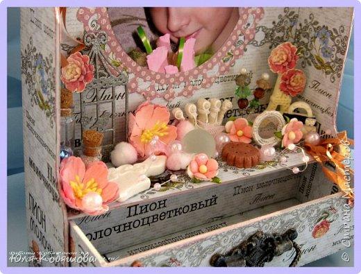 Хочу показать вам еще комодик, для хранения колечек и браслетиков дочки.  Делала комодик в качестве вдохновения для блога Vintage Design. Основу собрала с нуля, склеила из переплетного картона, использовала бумагу из коллекции Женщинам, так же использовала чипборд, фурнитуру для шкатулок, цветы, бусинки, стеклянные бутылочки, шебби ленту, различные украшения и камеи. фото 4
