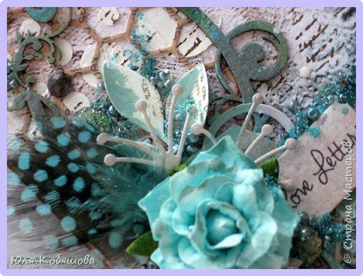 """Покажу несколько открыток, остальные покажу в следующий раз, иначе у вас, мои хорошие, терпения не хватит их все пересмотреть. Бумага 7 Dots, нанесла на нее текстурную пасту через трафарет """"круги"""", поштамповала, наделала брызг при помощи акриловых красок. В открытке использовала перья, цветок и стеклянные камушки. фото 2"""