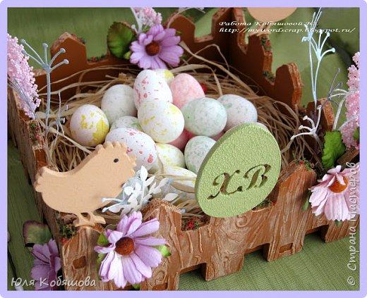 Покажу еще и пасхальные работы. В основе заготовка от C.h.e.a.p-art Весенний праздник. Заготовку прогрунтовала, при помощи маски и текстурной пасты сделала на ней фактуру дерева и покрасила, используя несколько красок коричневого и бежевого оттенков от C.h.e.a.p-art. Использовала цветы, вырубку, декоративные веточки, рафию, цветочный мох. фото 2