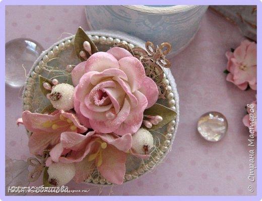 """Так же за время моего отсутствия в Стране мастеров, у  меня сложилась круглая коробочка с нуля. Использовала пивной картон, чипборд """"Ажурные бордюры"""", цветы, бусины, тычинки, вырубку, искусственные ягодки в сахаре, кружево. фото 4"""